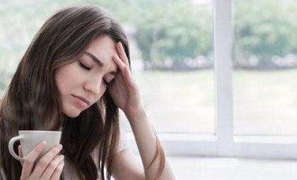 Mujer superada por sus emociones