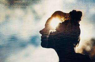 Mujer con la mente iluminada simbolizando psicología humanista