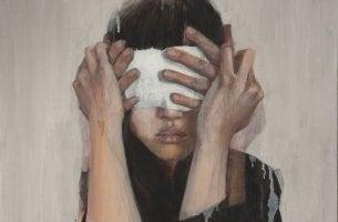 mujer con los ojos tapados cubriendo sus puntos ciegos