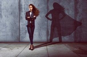 Mujer con sombra de superheroína