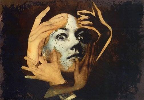 Mujer con un delirio de persecución