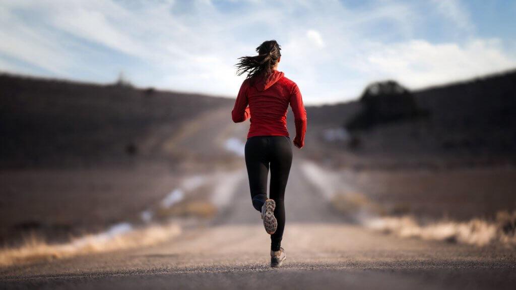 Mujer corriendo con chaqueta roja
