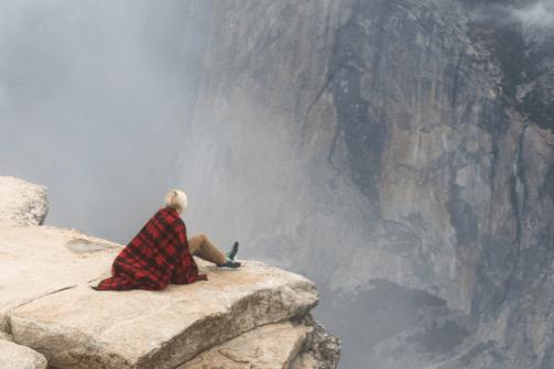 Mujer en un acantilado