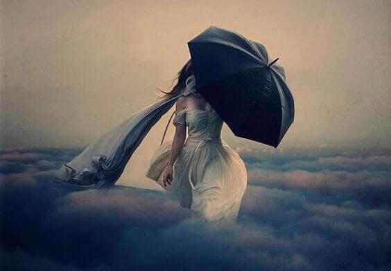 Mujer con paraguas que afronta los problemas