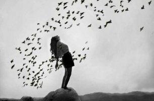Mujer rodeada de pájaros pensando en su alivio emocional