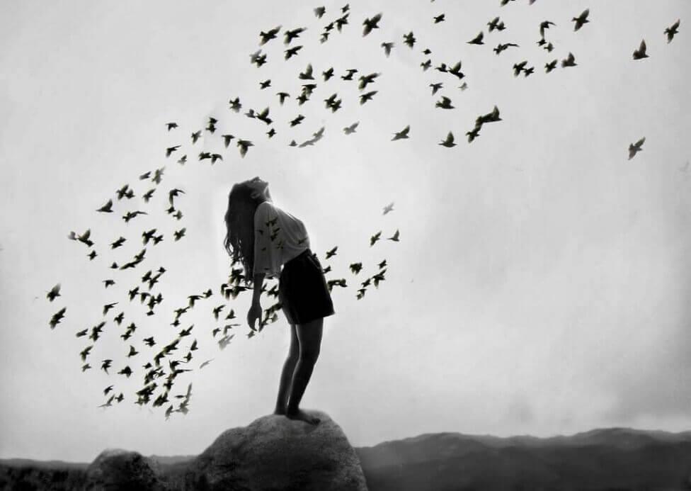 Mujer rodeada de pájaros