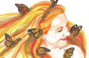 Mujer con una sonrisa rodeada de mariposas