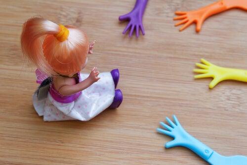Muñeca con manos de juguete alrededor