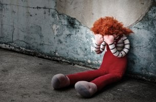 Muñeco llorando en la calle
