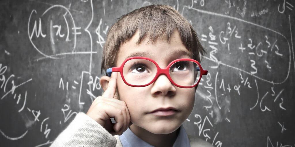 Niño con gafas rojas pensando