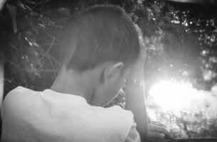 Niño triste y con miedo