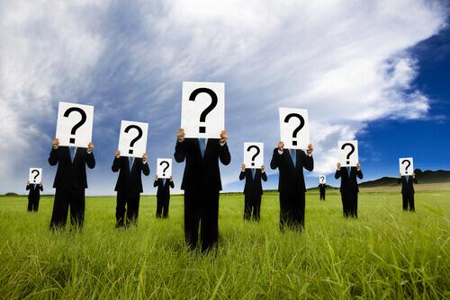 PErsonas con interrogantes simbolizando identidad social