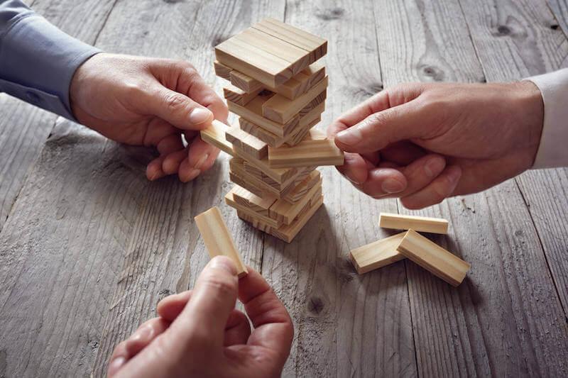 Personas integrando piezas de forma vertical