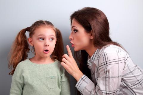 Niña escuchando a su madre criticando a su padre