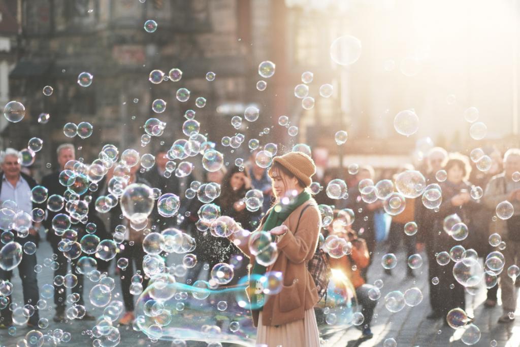 mujer entre burbujas feliz por la ley del mínimo esfuerzo