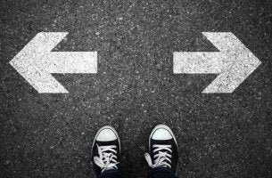 Dos flechas señalando a direcciones contrarias representando el relativismo moral