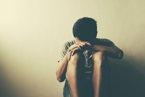 Adolescente en un rincón
