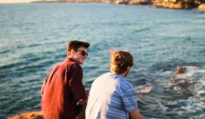 Amigos de viaje mirando la mar