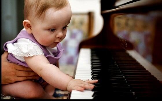 bebé tocando el piano iniciandose en la inteligencia musical