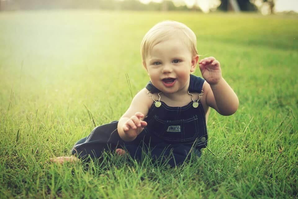 Bebé jugando en el campo