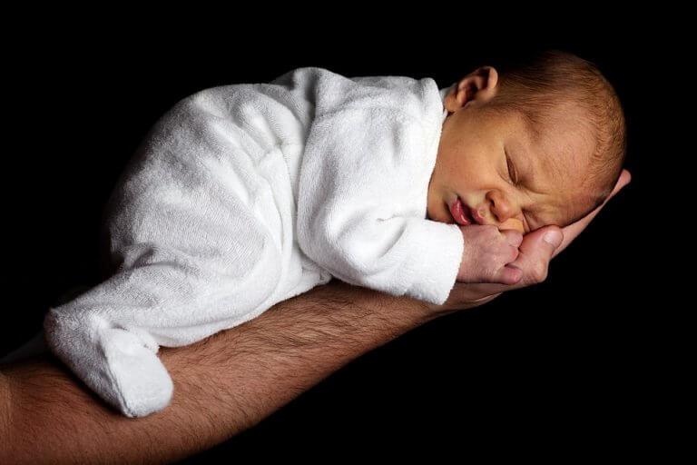 Bebé dormido sobre un brazo