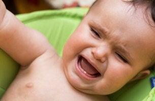 Bebé llorando por trastorno de ansiedad por separación en niños