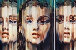 Mujer mirándose al espejo mientras experimenta una disociación