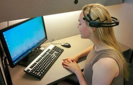 Chica ante un ordenador recibiendo una sesión de neurofeedback