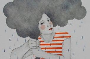 chica siendo fuerte mientras se seca la lluvia de su cabeza