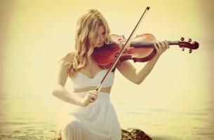 chica tocando el violín trabajando su inteligencia musical