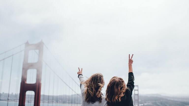 Chicas ante el puente de san francisco