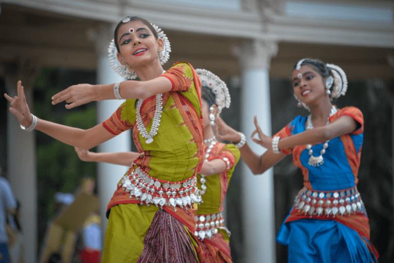 Chicas bailando la canción de su cultura