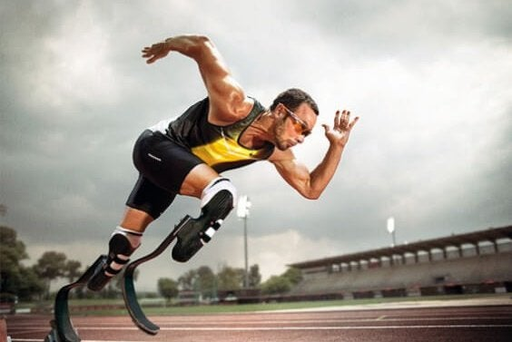 Deportista con discapacidad demostrando resiliencia