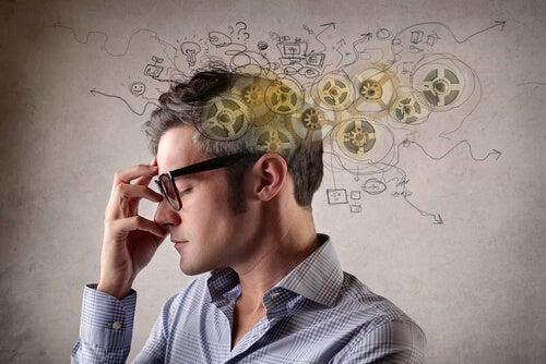 Hombre con gafas pensando gracias a su inteligencia espacial