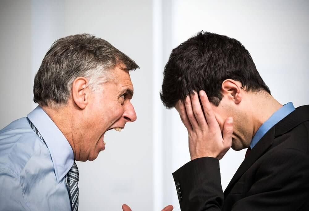 Jefe gritando a su empleado