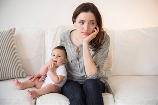 mamá con su bebé preocupada por el apego evitativo de su hijo