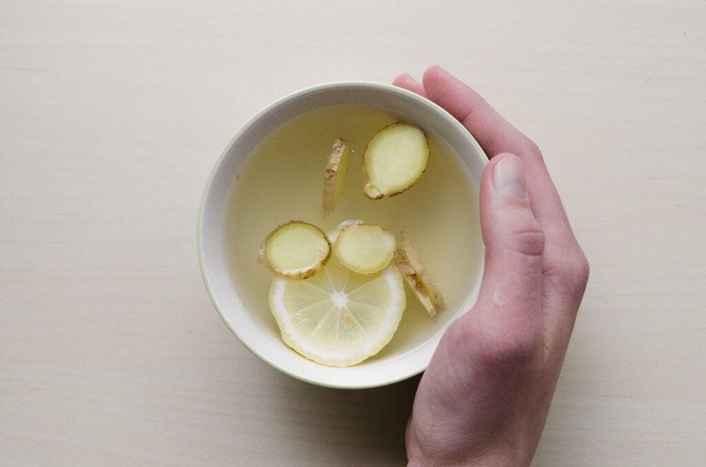 Mano con agua con limón