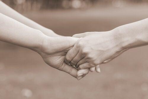 Manos de dos personas perdonándose