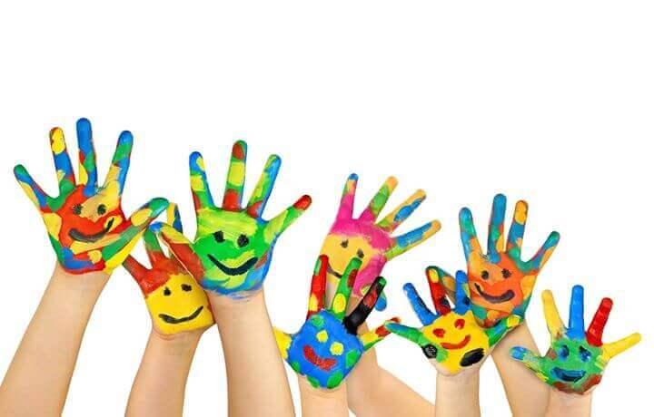 Manos de niños pintadas con caritas