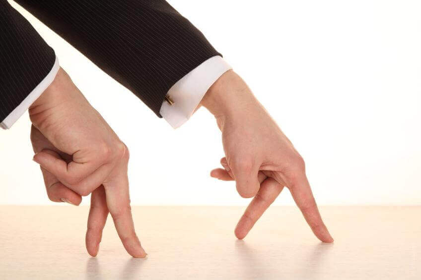 Manos simulando dos personas andando con sus dedos