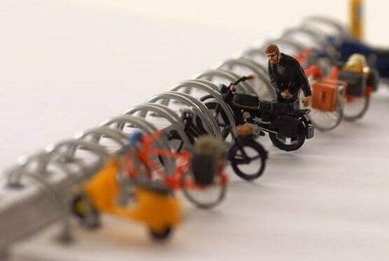 Motos aparcadas en anilla de libreta