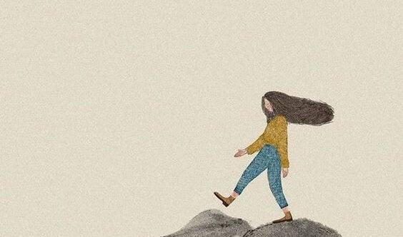 mujer caminando en una montaña