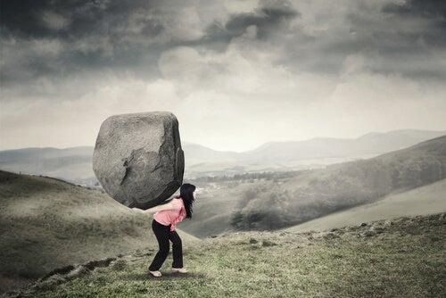 mujer cargando con una carga pesada, representando cómo afrontar nuestros miedos