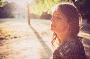 Mujer con cáncer de mama con los ojos cerrados