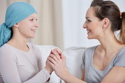 Mujer con cáncer y su terapeuta