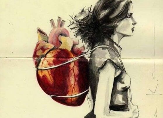 Mujer con corazón a la espalda pensando en el momento presente