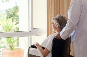 Mujer con dano cerebral mirando por la ventana