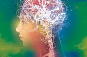 mujer con engranajes en el cerebro representando la psicología positiva