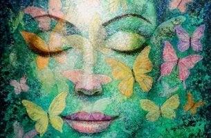 Mujer con los ojos cerrados experimentando saudade mientras está rodeada de mariposas