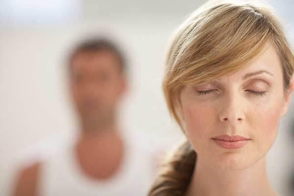 mujer con los ojos cerrados manteniendo el control mental